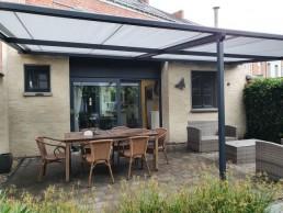 Zicht op ons nieuw terras met zonnescherm van het Stadshuisje 36 te Hasselt